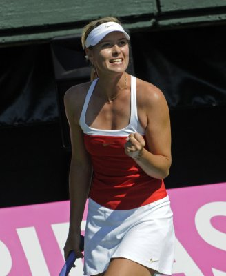 Sharapova through to Qatar semifinals