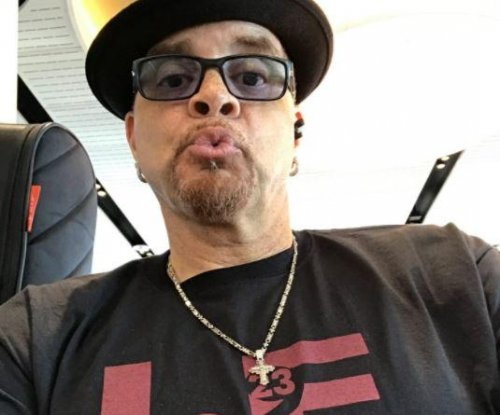 Plane carrying Sinbad makes emergency landing after flying into birds