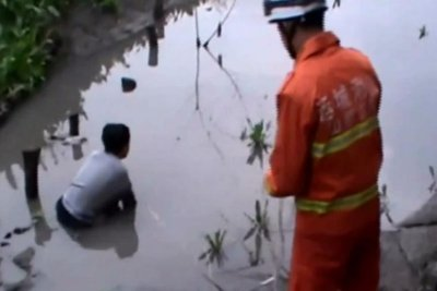 Firefighters rescue teenager from quicksand on bank of river