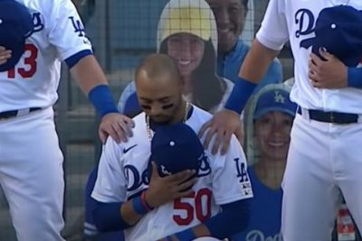 Dodgers' Betts kneels for anthem after 2016 vow to 'always stand'