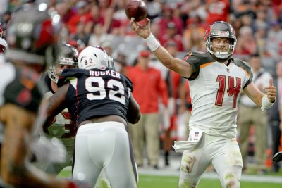 Buccaneers re-sign QB Fitzpatrick