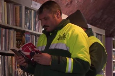 Turkish sanitation workers create library with trashed books