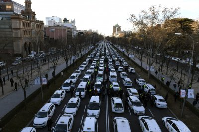 Spanish taxi drivers step up protests against ride applications