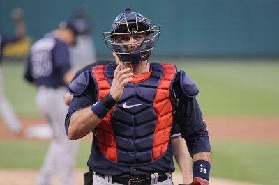 A.J. Pierzynski agrees to stay with Braves