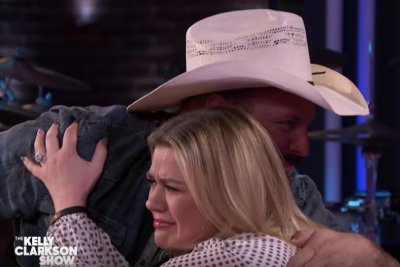 Garth Brooks covers James Taylor, Bob Dylan for Kelly Clarkson