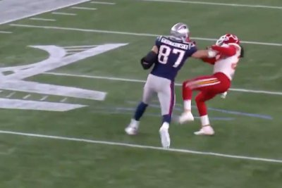 Rob Gronkowski has strong stiff-arm for Chiefs' Ron Parker