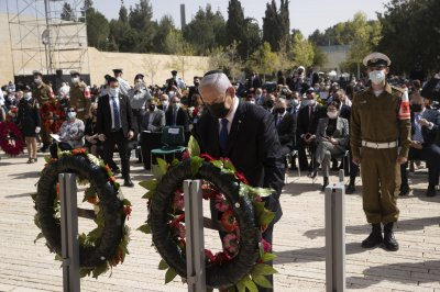 Israel stands in silence for 2 minutes for Holocaust Remembrance Day