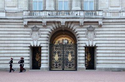 Buckingham Palace guard points bayonet-fixed rifle at 'ranting' man