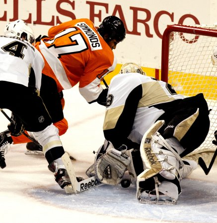 Simmonds signs new deal with Flyers