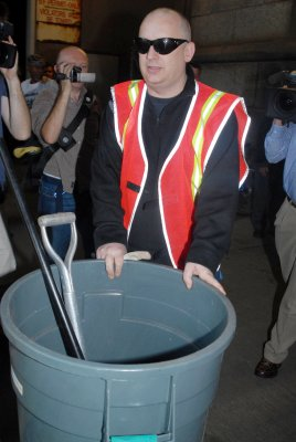 Boy George honors garbage men with concert