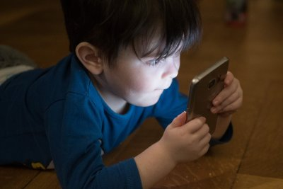 Less screen time, more play may reduce autism-like symptoms as kids age