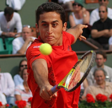 Almagro takes tight three-set victory