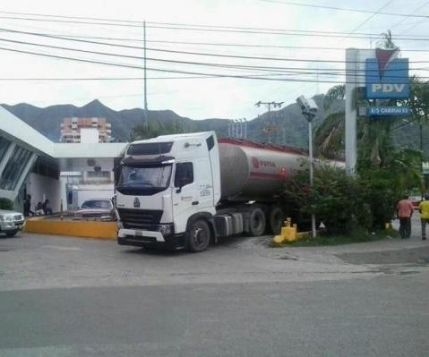 Some gas stations in Venezuela to accept Colombian pesos, U.S. dollars