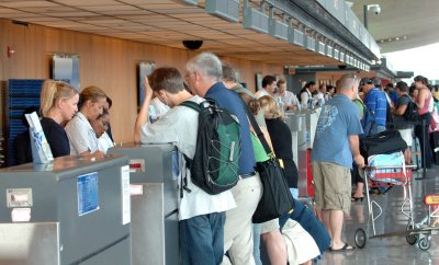 Airline fees anger fliers, group says
