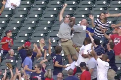 Braves fan makes amazing catch on Ronald Acuna homer