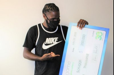 Man wins $200,000 while waiting for mom at the store