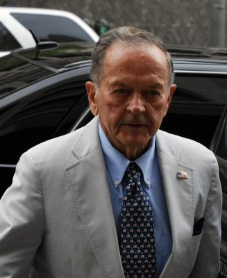 Indicted U.S. senator wins Alaska primary