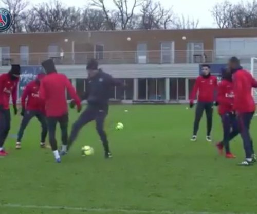 Neymar Jr. relentlessly nutmegs PSG teammates in practice