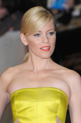 Elizabeth Banks glows on 'Catching Fire' red carpet