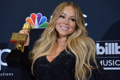Mariah Carey performs 'Oh Santa' on 'Late Late Show'