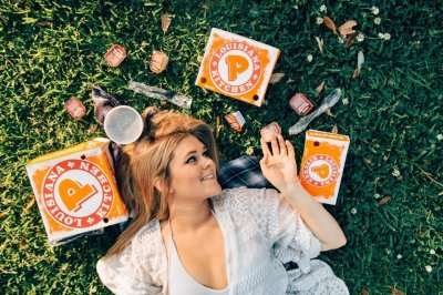 New Orleans woman takes engagement photos with Popeyes chicken