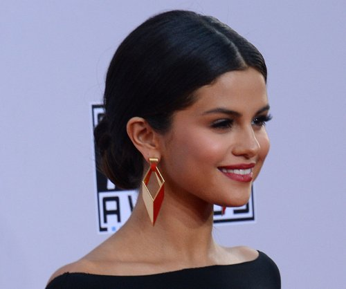Selena Gomez nails Taylor Swift impression for iHeartRadio