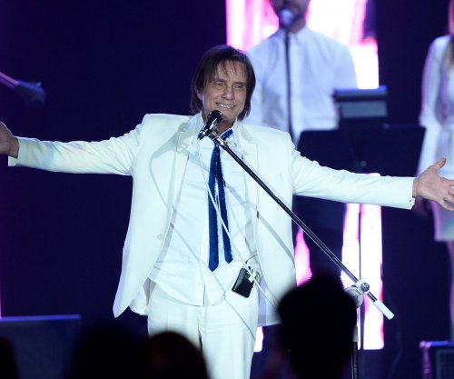 Latin Grammys pay tribute to Brazilian Roberto Carlos ahead of awards