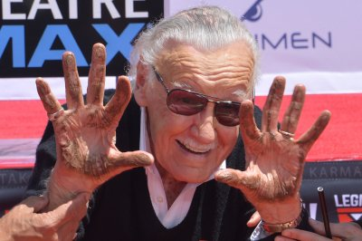 Stan Lee immortalized in handprint ceremony