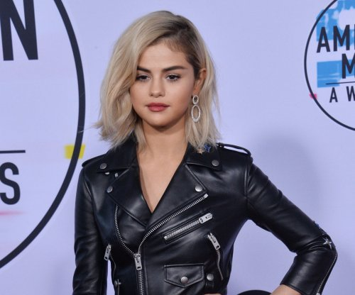 Selena Gomez goes blonde at 2017 American Music Awards
