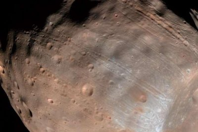 Rolling stones paved grooves across Martian moon