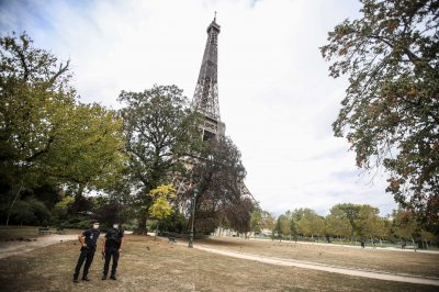 Police evacuate Eiffel Tower in Paris after bomb threat