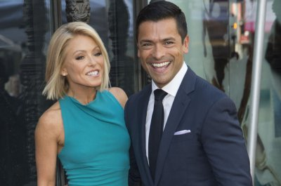 Mark Consuelos, Regis Philbin support Kelly Ripa amid 'Live' drama