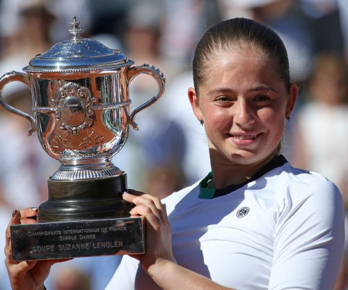 Unseeded Jelena Ostapenko stuns Simona Halep to win French Open