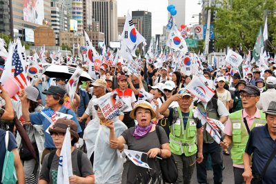 Conservative protesters in South Korea attack lawmakers