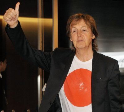 Paul McCartney returns to the stage, helps couple get engaged