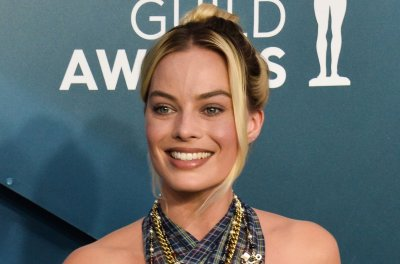 Margot Robbie plays 'Know It All' with Jimmy Fallon on 'Tonight Show'