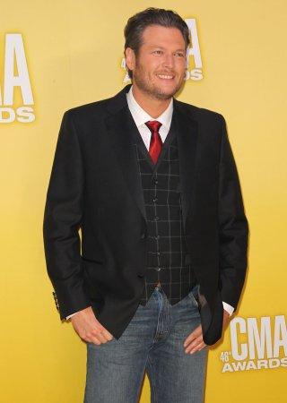 Blake Shelton to officiate Kelly Clarkson's marriage to Shelton's manager