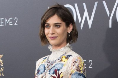 Lizzy Caplan engaged to English actor Tom Riley