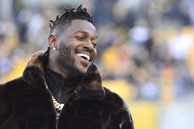 Raiders receiver Antonio Brown arrives at training camp in hot air balloon