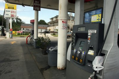 U.S. gasoline prices follow the drop in oil prices