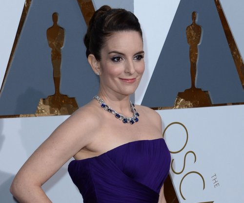 Tina Fey, Reese Witherspoon wear similar purple dresses on Oscars red carpet