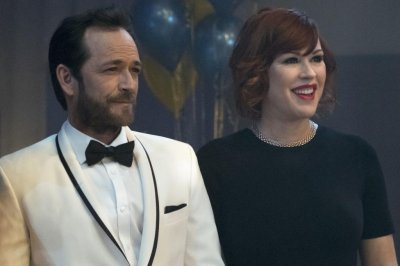 'Riverdale' star Molly Ringwald calls Luke Perry her 'touchstone'