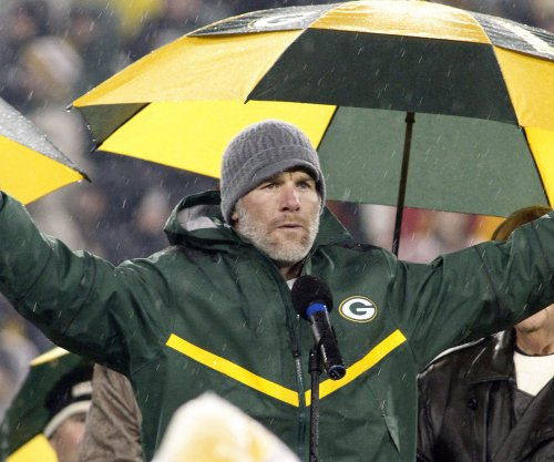 Watch: Brett Favre is still throwing absolute darts