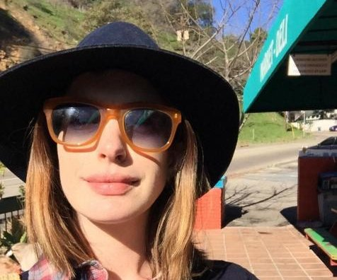 Anne Hathaway goes blonde before baby's birth