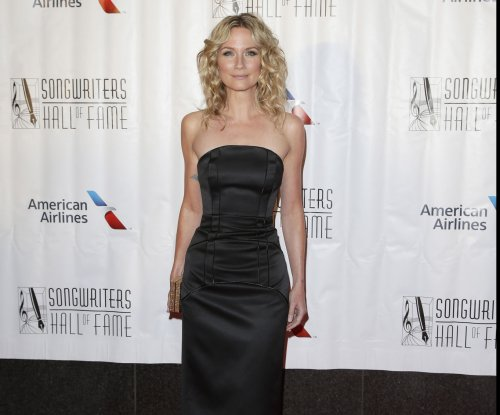 Jennifer Nettles, Ricky Schroder to play Dolly Parton's parents in 'Coat of Many Colors'