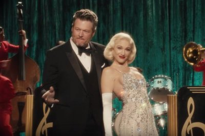 Gwen Stefani, Blake Shelton get playful in Christmas music video