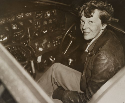 Earhart completes first solo flight between Hawaii and US mainland