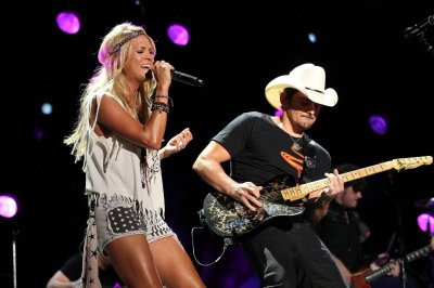 Carrie Underwood and Brad Paisley to host CMA Awards show