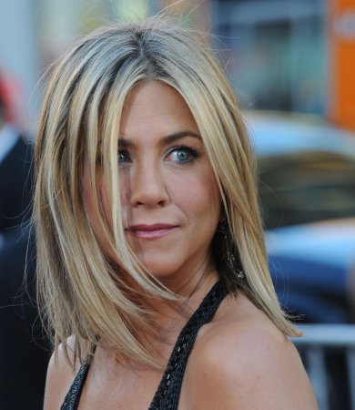Aniston hosts pals after 'Bosses' premier