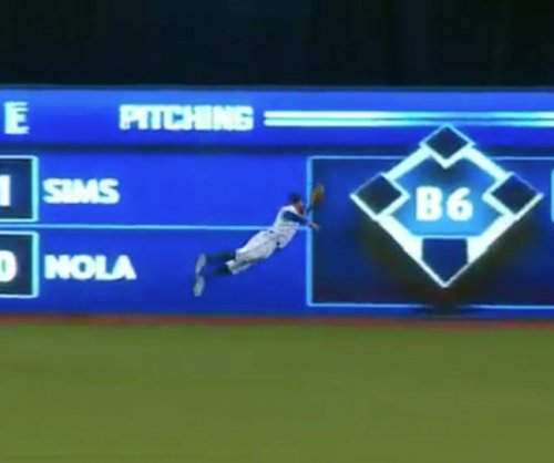 Toronto Blue Jays' Kevin Pillar makes full-extension diving catch
